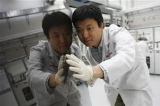 <p>Al lavoro su pellicola ultrasottile in un laboratorio hi tech. REUTERS/Siggi Bucher</p>