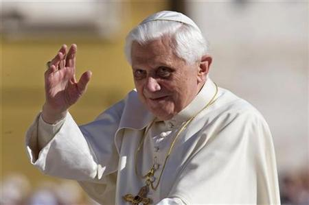Pope Benedict XVI waves as he arrives to lead his general audience in Saint Peter Square at the Vatican October 8, 2008. REUTERS/Max Rossi