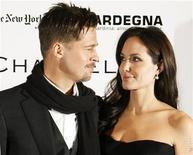 """<p>Foto de archivo de los actores Brad Pitt y Angelina Jolie a su llegada al estreno de la cinta """"Changeling"""" en el festival de cine de Nueva York, EEUU, 4 oct 2008. Jolie, defensora de las adopciones, estaba determinada a no quedar embarazada hasta que su marido Brad Pitt apareció y le hizo cambiar de opinión, dijo la actriz en una entrevista para una revista. REUTERS/Lucas Jackson</p>"""