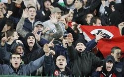 <p>Tifosi fascisti prima della partita di calcio Bulgaria-Italia, valida per la qualificazione alla Coppa del mondo 2010 a Sofia, 11 ottobre 2008. REUTERS/Oleg Popov</p>
