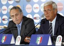 <p>Il presidente della Federcalcio Giancarlo Abete (a sinistra) e il ct della nazionale azzurra Marcello Lippi. REUTERS/Giampiero Sposito</p>