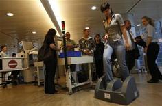 <p>Passeggera israeliana passa attraverso il nuovo scanner all'aeroporto di Ben Guinon, Tel Aviv, il 12 ottobre 2008. REUTERS/Gil Cohen Magen</p>