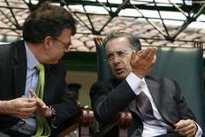 <p>Министр обороны Колумбии Хуан Сантос (слева) слушает президента Альваро Урибе во время церемонии по случаю Дня армии в Боготе 7 августа 2008 года. Колумбия, озабоченная внезапным сближением с Россией своей исторической соперницы, Венесуэлы, возобновляет с Москвой военно- техническое, экономическое и дипломатическое сотрудничество, сказал в интервью Рейтер министр обороны Колумбии. REUTERS/John Vizcaino</p>
