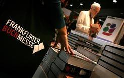 <p>Un'immagine di archivio della fiera del libro di Francoforte. REUTERS/ Kai Pfaffenbach</p>