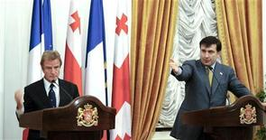 <p>Президент Грузи Миаил Саакашвили и глава МИД Франции Бернар Кушнер выступают на пресс-конференции в Батуми, 10 ктября 2008 года США примут участие в запланированных на среду переговорах РФ и Грузии по урегулированию конфликта из-за отколовшейся от Тбилиси Южной Осетии, сообщили дипломаты поздно вечером в понедельник. REUTERS/Irakli Gedenidze/Pool (GEORGIA)</p>