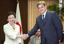 <p>Губернатор Приморья Сергей Дарькин встречается с главой МИД Японии Кавагучи в Токио, 8 августа 2003 года Глобальный кризис ликвидности, подкосивший российский финансовый рынок, может внести коррективы в подготовку саммита АТЭС во Владивостоке в 2012 году, сказал Рейтер губернатор Приморья Сергей Дарькин. REUTERS/Eriko Sugita ES/FA</p>