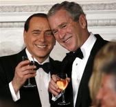 <p>Президент США Джордж Буш и премьер-министр Италии Сильвио Берлускони во время встречи в Вашингтоне 13 октября 2008 года. Мировое сообщество не может доверять России, пока Россия не научится уважать суверенитет и территориальную целостность своих соседей. REUTERS/Kevin Lamarque</p>