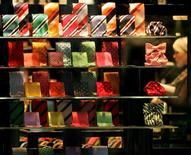 <p>Les ventes de cravates se sont envolées aux Pays-Bas, en proportion inverse des cours de la Bourse. Le propriétaire d'un site de vente en ligne évoque le cas d'hommes qui viennent de perdre leur travail et achètent une nouvelle cravate pour aller passer un entretien d'embauche ; où d'autres, un brin superstitieux, qui pensent que leur vieille cravate a cessé de leur porter chance et décident d'en changer. /Photo d'archives/REUTERS/Alexandra Beier</p>