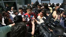 <p>Jogador chileno Claudio Bravo conversa com jornalistas após treinamento da seleção em Santiago. REUTERS/Ivan Alvarado</p>