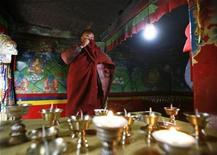 <p>Foto de archivo de un monje budista en el monasterio Rongbo en la región autónoma del Tíbet, China, 3 mayo 2008. El hincha de un club de fútbol más famoso de China decidió convertirse en monje luego de que su equipo se retirara de la liga profesional de ese país en protesta por la suspensión de su mejor jugador. REUTERS/David Gray (CHINA)</p>