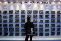 <p>Le groupe américain Intel, numéro un mondial des microprocesseurs, a enregistré une hausse de 12% de son bénéfice au troisième trimestre, à 2,01 milliards de dollars contre 1,86 milliard de dollars un an plus tôt. /Photo prise le 3 juin 2008/REUTERS/Nicky Loh</p>