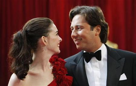 Anne Hathaway (L), dressed in Marchesa and wearing jewellery by Harry Winston, and her boyfriend Raffaello Follieri arrive at the 80th annual Academy Awards, the Oscars, in Hollywood February 24, 2008. REUTERS/Carlos Barria