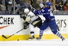 <p>Toronto Maple Leafs Ryan Hollweg checks Pittsburgh Penguins Matt Cooke (L) during the first period of their pre-season NHL hockey game in Toronto, September 26, 2008. REUTERS/Mark Blinch</p>