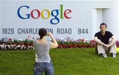 """<p>Foto de archivo de la compañía Google en su sede de Mountain View, EEUU, 8 mayo 2008. Google ha doblado el número de editoriales incluidas en su una vez polémico servicio de búsqueda de libros, aunque por el momento no ha actualizado el """"más de un millón"""" de libros que dice haber escaneado, una cifra que no revisa desde hace un año. REUTERS/Kimberly White</p>"""