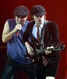 <p>Il chitarrista degli Ac/Dc Angus Young (destra) e il cantante della band australiana Brian Johnson (sinistra). REUTERS/Toby Melville</p>
