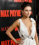 """<p>La actriz Mila Kunis posa en el estreno de la película """" Max Payne"""" en Hollywood , 13 oct 2008. La última adaptación cinematográfica de un videojuego llega a los cines en Estados Unidos esta semana, con el estreno de """"Max Payne"""". La oscura película, protagonizada por Mark Wahlberg, que interpreta a un policía que busca al hombre que mató a su esposa y a su hijo, sigue los pasos de producciones como """"Tomb Raider"""", con Angelina Jolie, que fue un éxito comercial pero que recibió criticas de los aficionados a los juegos. REUTERS/Mario Anzuoni (EEUU)</p>"""