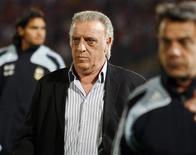 <p>O técnico argentino, Alfio Basile, sai do campo após seu time ter perdido para o Chile em partida em Santiago nas eliminatórias para a Copa do Mundo de 2010 em 15 de outubro. Os torcedores argentinos, furiosos com o desempenho de sua seleção nas eliminatórias da Copa do Mundo de 2010, pediram nesta quinta-feira que o técnico Alfio Basile renuncie ao cargo. REUTERS/Eliseo Fernandez (CHILE)</p>