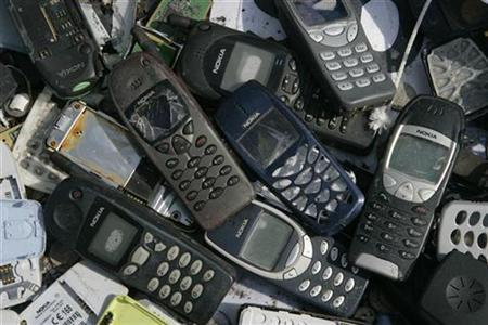 A pile of destroyed Nokia mobile phones lies on the ground in front of the Nokia plant in Bochum, May 16, 2008. REUTERS/Wolfgang Rattay