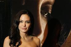 """<p>Foto de archivo de la actriz Angelina Jolie a su llegada al estreno de la cinta """"Changeling"""" en el Festival de cine de Nueva York, EEUU, 4 oct 2008. Jolie espera mantener su estilo de vida nómade junto a su pareja, Brad Pitt, y sus seis hijos, explicó la ganadora de un Oscar durante una entrevista televisiva el jueves, en la que dio pistas de que piensan en una nueva adopción. REUTERS/Lucas Jackson</p>"""