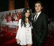 "<p>Los actores Vanessa Hudgens y Zac Efron posan en el estreno de ""High School Musical 3: Senior Year"" en el centro Galen en Los Angeles 16 oct 2008. La esperada cinta de Walt Disney Co. ""High School Musical 3: Senior Year"" llegará la próxima semana a las salas de cine del mundo, con una alta demanda de entradas anticipadas y planes de repetir el éxito en una cuarta versión. REUTERS/Mario Anzuoni (EEUU)</p>"