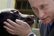 <p>Il primo ministro russo Vladimir Putin con il suo labrador. REUTERS/Alexander Zemlianichenko/Pool</p>
