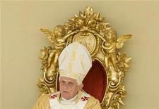 <p>Papa Benedetto XVI durante la messa celebrata oggi a Pompei. REUTERS/Tony Gentile (ITALY)</p>