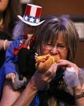 <p>Immagine d'archivio di una donna impegnata a mangiare un hot dog REUTERS/Rick Wilking (UNITED STATES) US PRESIDENTIAL ELECTION CAMPAIGN 2008 (USA)</p>