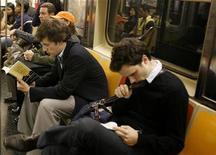 <p>Pendolari leggono sulla metropolitana a New York. REUTERS/Lucas Jackson</p>