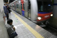 <p>People wait for a subway train in Seoul October 22, 2008, at a station without automated doors on the platform. REUTERS/Lee Jae-Won</p>