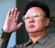 <p>Северокорейский лидер Ким Чен Ир приветствует участников военного парада в Пхеньяне 10 октября 2005 года. Северокорейские СМИ в четверг впервые официально опровергли недавние сообщения о плохом состоянии здоровья Ким Чен Ира. REUTERS/Korea News Service/Files</p>