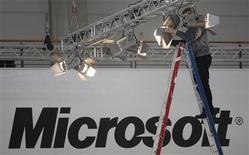 <p>Le géant américain des logiciels Microsoft a publié un bénéfice et un chiffre d'affaires trimestriels en hausse et supérieurs aux attentes mais il a abaissé ses prévisions de résultats pour l'ensemble de l'exercice, pour intégrer un ralentissement économique continu. /Photo prise le 3 mars 2008/REUTERS/Hannibal Hanschke</p>