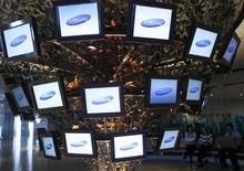 <p>Samsung Electronics fait état d'une chute de 44% de ses résultats du troisième trimestre, sous le coup d'une chute des prix des écrans plats et de celui des puces mémoire, tout en annonçant des perspectives guère réjouissantes. /Photo d'archives/REUTERS/Jo Yong-Hak</p>