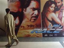 <p>A man walks past an Indian movie poster inside a cinema in Karachi April 21, 2008. REUTERS/Athar Hussain</p>
