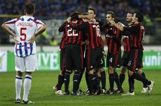 <p>Jogadores do Milan comemorando vitória sobre o Heerenveen durante a Copa da UEFA . REUTERS/Jerry Lampen</p>