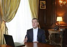 <p>Президент РФ Дмитрий Медведев выступает в своей резиденции Горки 23 октября 2008 года. У России есть шанс избежать развития полномасштабного кризиса внутри страны на волне мировых экономических неурядиц при условии улучшения эффективности экономики, сказал президент РФ Дмитрий Медведев в четверг. REUTERS/RIA Novosti/Kremlin/Mikhail Klimentyev</p>