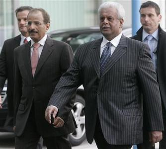 United Arab Emirates' Energy Minister Mohamed bin Dhaen al-Hamli (L) and Qatar's Energy Minister Abdullah bin Hamad al-Attiyah arrive at the OPEC headquarters for an extraordinary OPEC meeting in Vienna October 24, 2008. REUTERS/Herwig Prammer