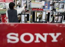 <p>Un impiegato spolvera una tv a schermo piatto Bravia della Sony in un negozio di Tokyo. REUTERS/Yuriko Nakao (JAPAN)</p>