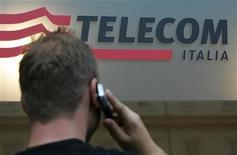 <p>Un uomo usa un telefono cellulare di fronte a un negozio Telecom Italia. REUTERS/Dario Pignatelli (ITALY)</p>