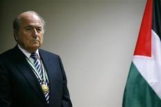 <p>Зепп Блаттер принимает участие во встрече с президентом Палестины Махмудом Аббасом в городе Рамаллах, Западный берег реки Иордан, 26 октября 2008 года. Глобальный финансовый кризис не затронул Международную федерацию футбольных ассоциаций (ФИФА), заявил в пятницу президент ФИФА Зепп Блаттер. REUTERS/Fadi Arouri</p>