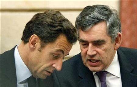 Prime Minister Gordon Brown (R) speaks to France's President Nicolas Sarkozy at the Elysee Palace in Paris, October 12, 2008. REUTERS/Charles Platiau