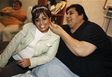 <p>Il messicano Manuel Uribe con la fidanzata Claudia Solis nella sua casa di San Nicolas de los Garza, a Monterrey. REUTERS/Tomas Bravo</p>