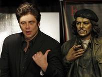 <p>O ator Benício del Toro, que interpretou Che Guevara no cinema, ao lado de uma estátua do guerrilheiro. REUTERS/Marcos Brindicci (ARGENTINA)</p>