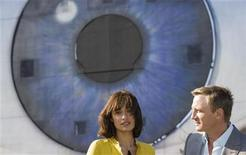 """<p>El actor británico Daniel Craig y la actriz ucraniana Olga Kurylenko posan para promocionar el filme """"Quantum of Solace"""", en Bregenz 6 mayo 2008. Los príncipes Guillermo y Enrique de Inglaterra llegarán el miércoles a la alfombra roja del estreno real del nuevo filme de James Bond, """"Quantum of Solace"""", en el que Daniel Craig regresa en el rol del súper espía 007. La película será estrenada de 31 de octubre en las salas de cine británicas y llegará al mercado estadounidense dos semanas después, el 14 de noviembre. REUTERS/Miro Kuzmanovic (AUSTRIA)</p>"""