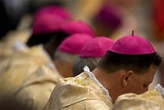 <p>Vescovi durante una messa celebrata da Papa Benedetto XVI in Vaticano. REUTERS/Max Rossi</p>