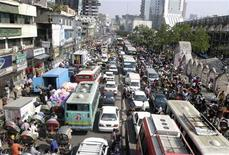 <p>A view of traffic on a street on the first day after a week-long nationwide transport blockade in Dhaka, November 26, 2006. REUTERS/Rafiqur Rahman</p>