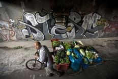 <p>Graffiti in una strada in una foto d'archivio. REUTERS/Nir Elias</p>