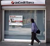 <p>Un passante davanti a una filiale di UniCredit. REUTERS/Stefano Rellandini</p>