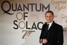 """<p>Foto de archivo del actor británico Daniel Craig a su llegada al estreno de la última cinta de James Bond """"Quantum of Solace"""" en París, 30 oct 2008. La mayoría de las mujeres británicas prefiere la seguridad en el trabajo, un novio responsable y un matrimonio a una aventura y un enamorado al estilo de James Bond, según una nueva encuesta. REUTERS/Benoit Tessier</p>"""