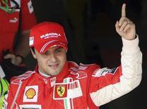 <p>O piloto da Ferrari, Felipe Massa, comemora primeiro lugar em sessão de treinos em Interlagos, no dia 1o de novembro. Felipe Massa vai iniciar o Grande Prêmio do Brasil da maneira como sonhou: na pole position e com alguns pilotos entre ele o britânico Lewis Hamilton, seu adversário na luta pelo título da Fórmula 1. REUTERS/Rodrigo Paiva (BRAZIL)</p>