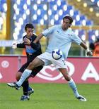 <p>Il calciatore della Lazio Stefano Mauri in un'immagine della partita di oggi contro il Catania. nella foto il giocatore di quest'ultimo club Pablo Ledesma. REUTERS/Tony Gentile</p>
